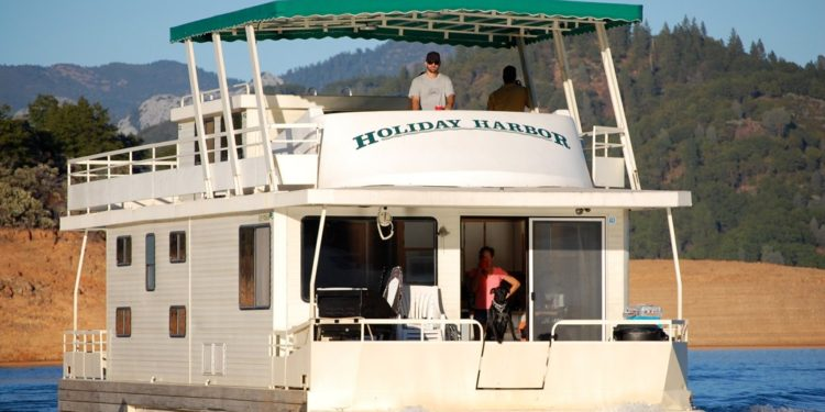Holiday Harbor houseboat rental on Shasta Lake