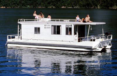 family using houseboat rentals on lake shasta