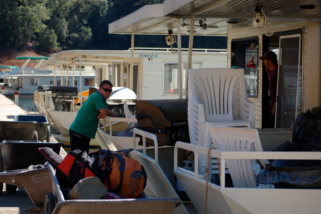 men returning houseboat rentals