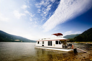 A house boat on a lake on a beautiful day